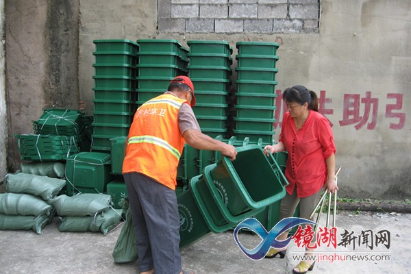 天城村:更换垃圾桶 增添新容颜