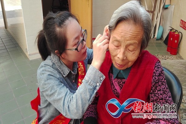 志愿者走进老年公寓开展重阳节服务活动