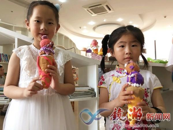 制作过程对于孩子们来说有些不易,但孩子们全神贯注地动手制作,最终完成了一个个可爱的黏土冰淇淋。一个上午过去,每个孩子都拥有了属于自己的冰淇淋,形态各异,彰显出各自的小小天份,活动的结束孩子们开心地和自己的小作品进行了大合影。最后,孩子们将作品带回了家,作为送给家人的礼物,看着孩子们亲手做出的冰淇淋,您是否已经感受到了初夏的气息呢?在手工活动中,孩子们在老师的指导下增强了学习的能力,克服困难完成手工增强了解决问题的能力,不仅收获了快乐,更提高了自己的动手能力和创新能力。镜湖区图书馆作为安徽省民生工程,